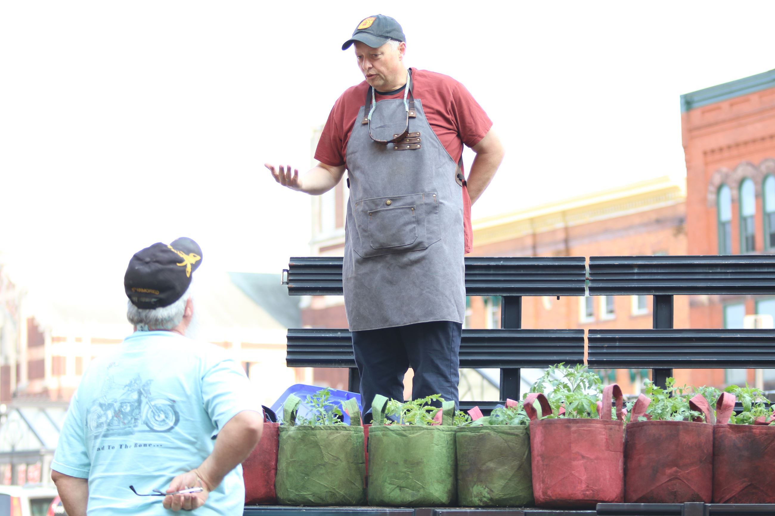 Chuck Bauer speaks with a resident at a Clark County Tomato Project event.